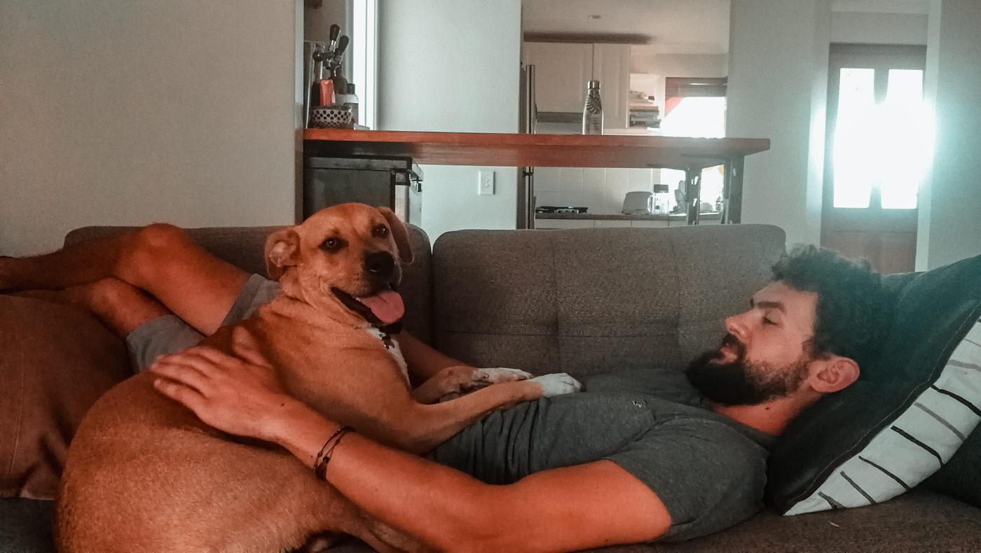 Matthias mit Hund in unserer Wohnung
