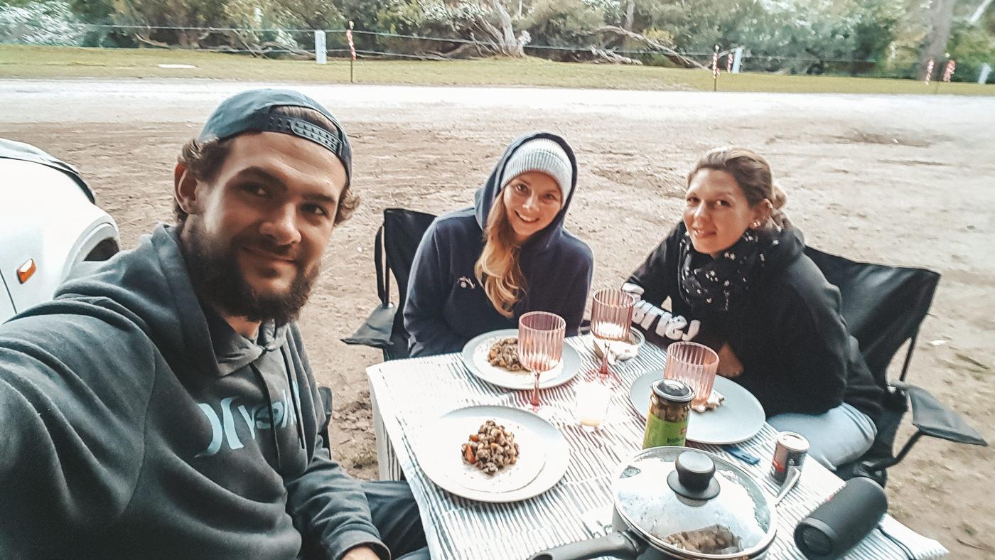 Wir beim Essen während des Campings