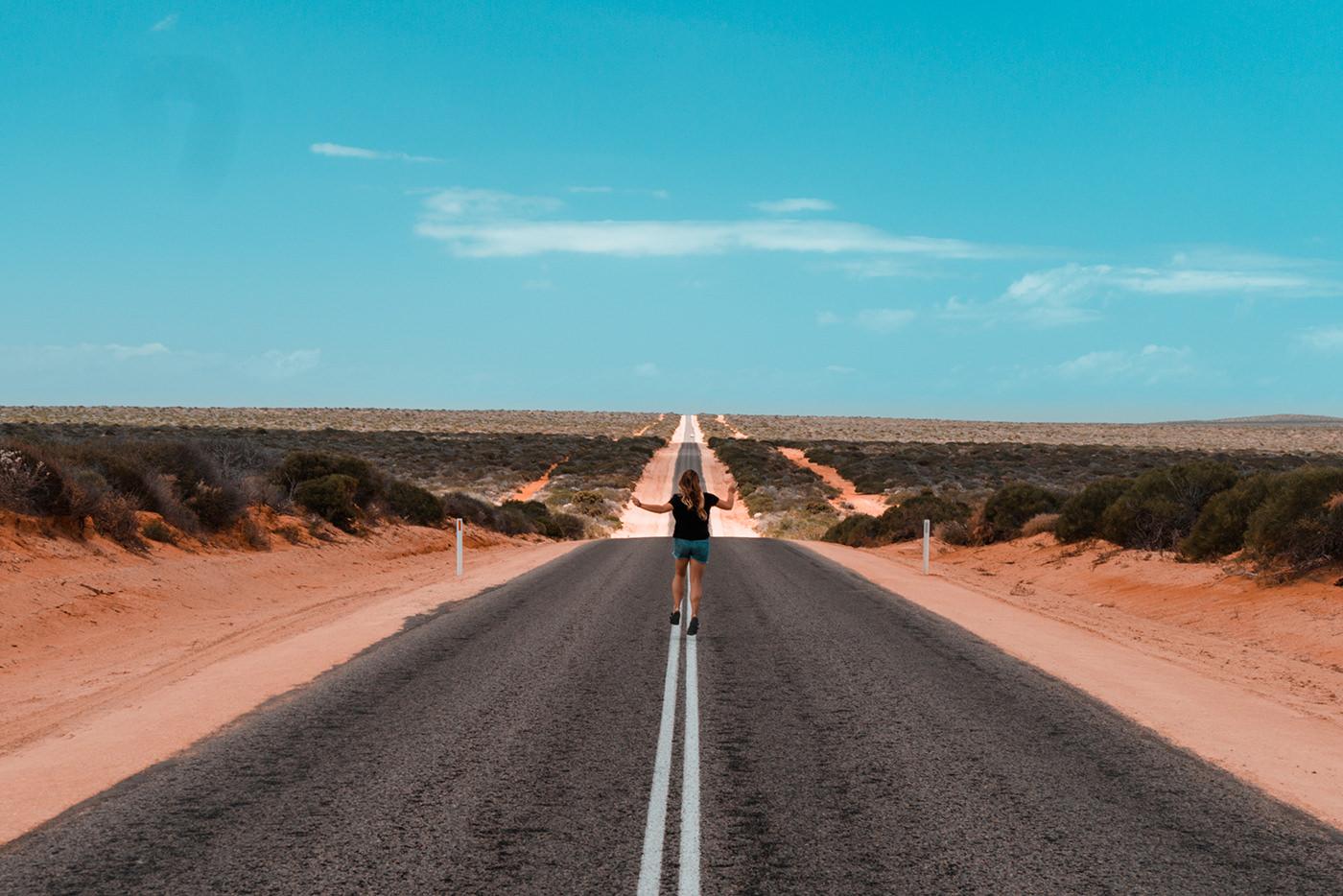 Endlose Straße an der Westküste in Australien