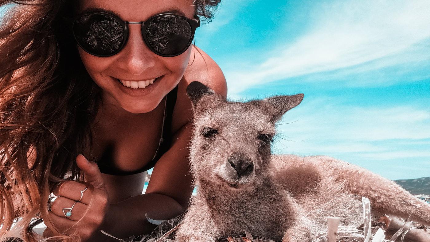 Julia mit Kanguru am Lucky Bay Strand bei Esperance in Westaustralien