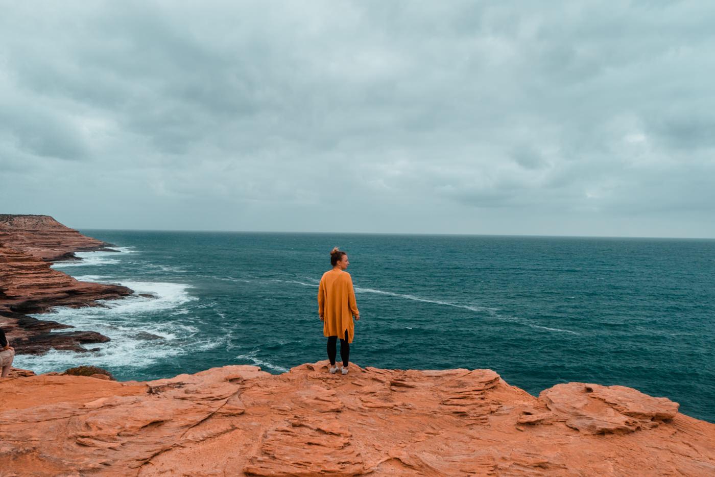 Julia an der Küste von Kalbarri in Australien
