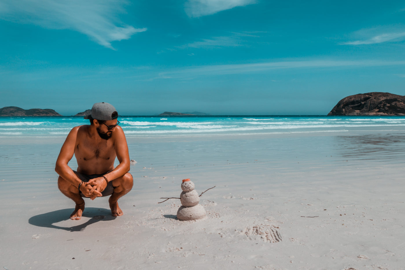 Matthias mit einem Schneemann am Strand in Westaustralien
