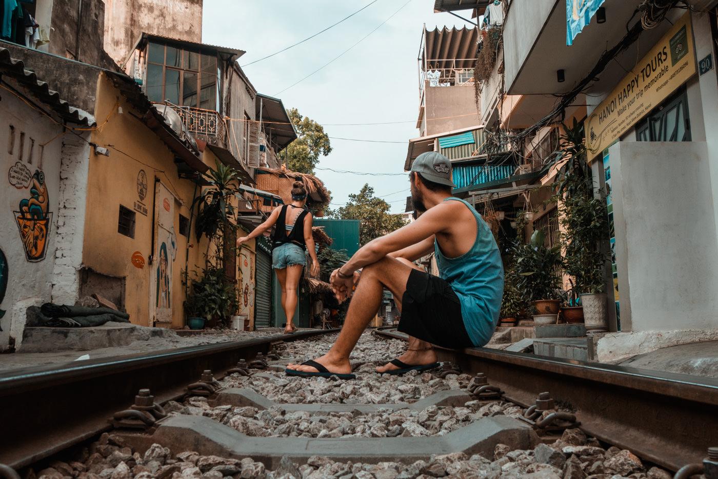 Wir in der Trainstreet in Hanoi, Vietnam