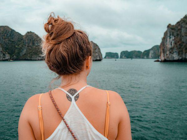 Julia blickt auf die Halong Bucht