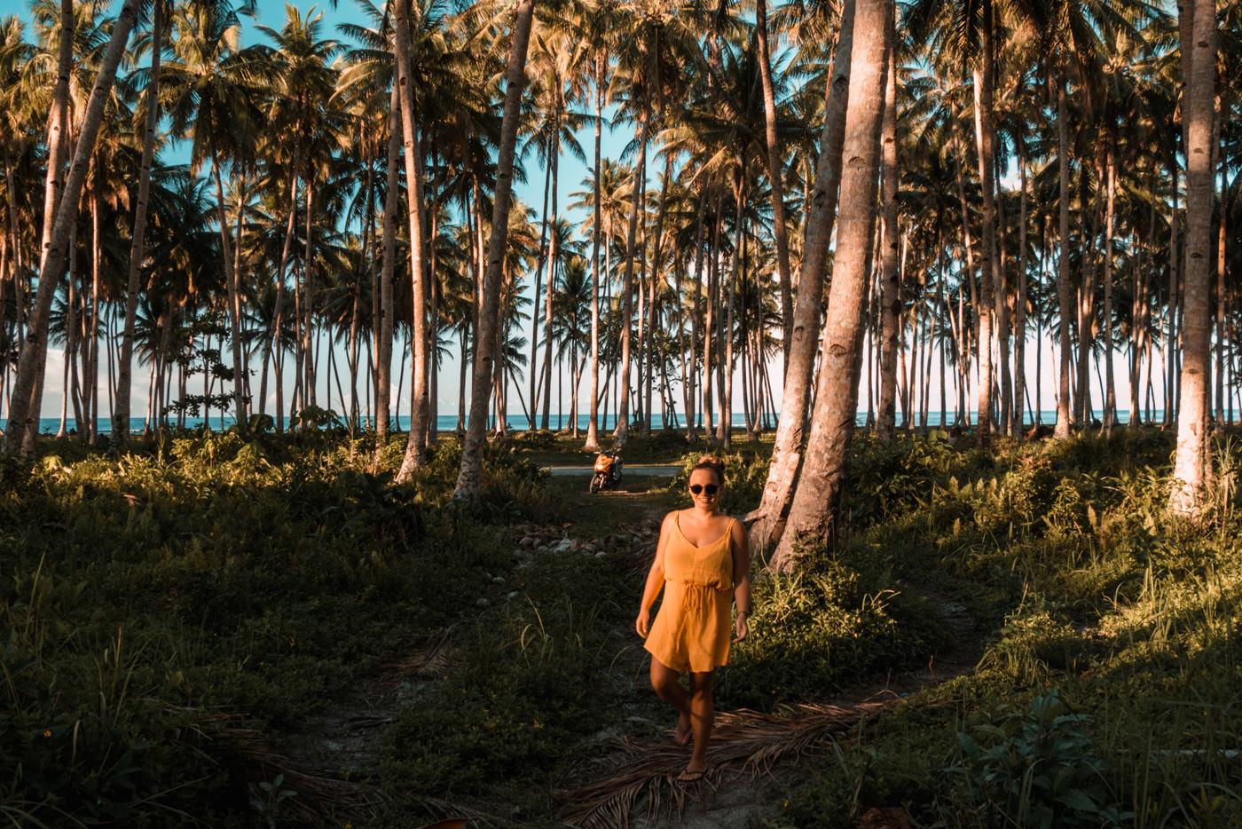 Julia im Palmenwald auf Siargao