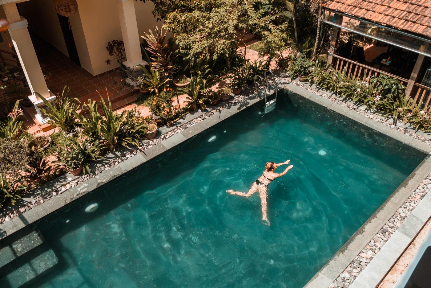 Julia im Pool unserer Unterkunft in Hoi An