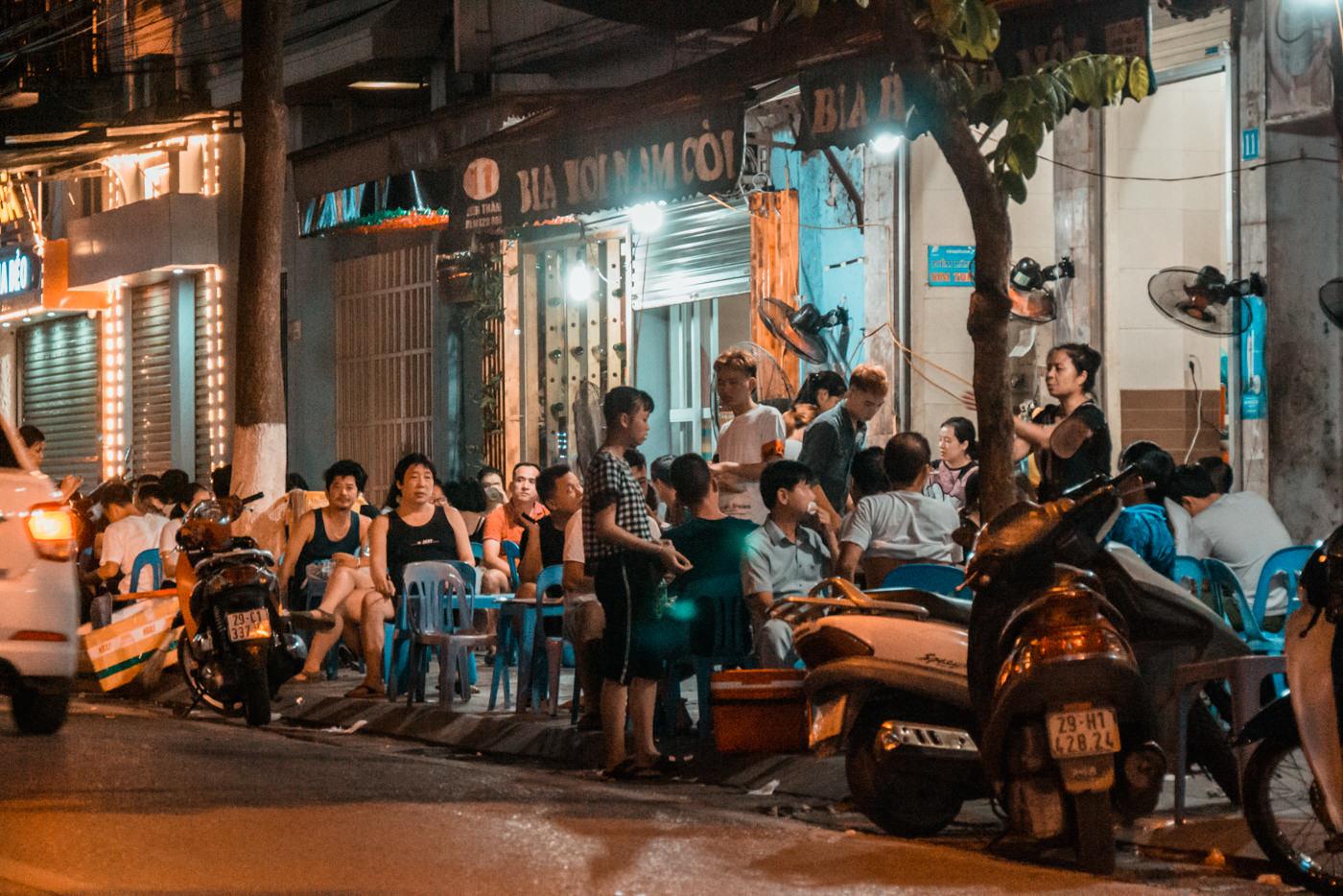 Lokals essen am Straßenrand in Hanoi