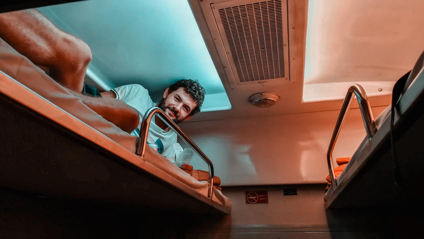 Matthias im oberen Bett im Zug in Vietnam