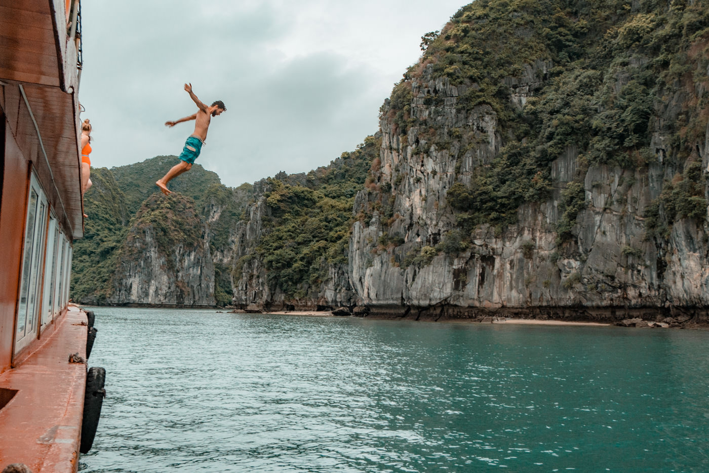 Matthias springt vom Boot in der Halong Bucht, Vietnam