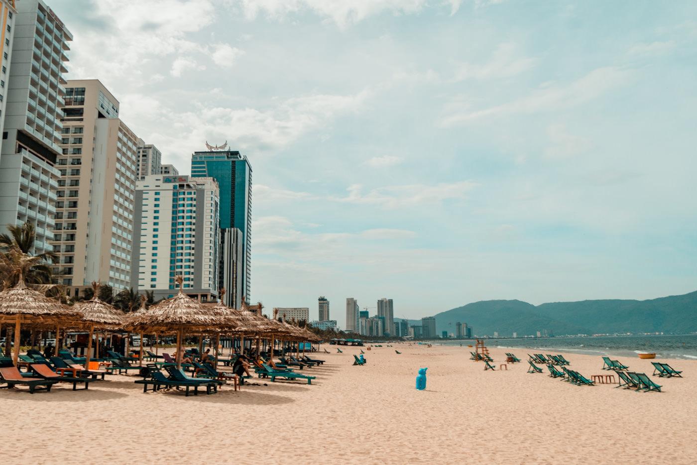 Strand mit Skyline von Da Nang