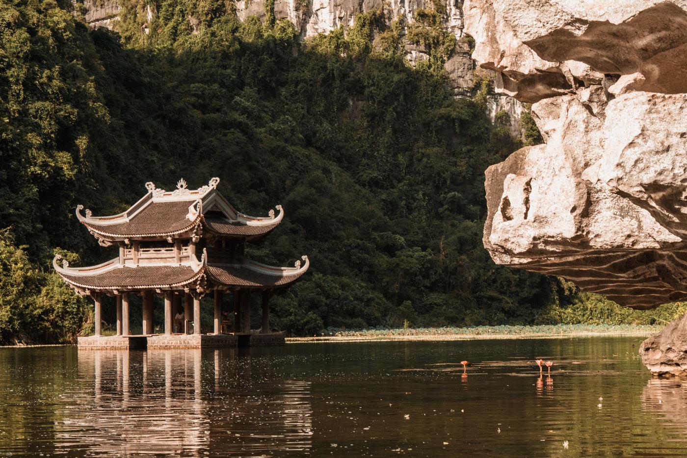 Pagoda bei Trang An in der trockenen Halongbucht
