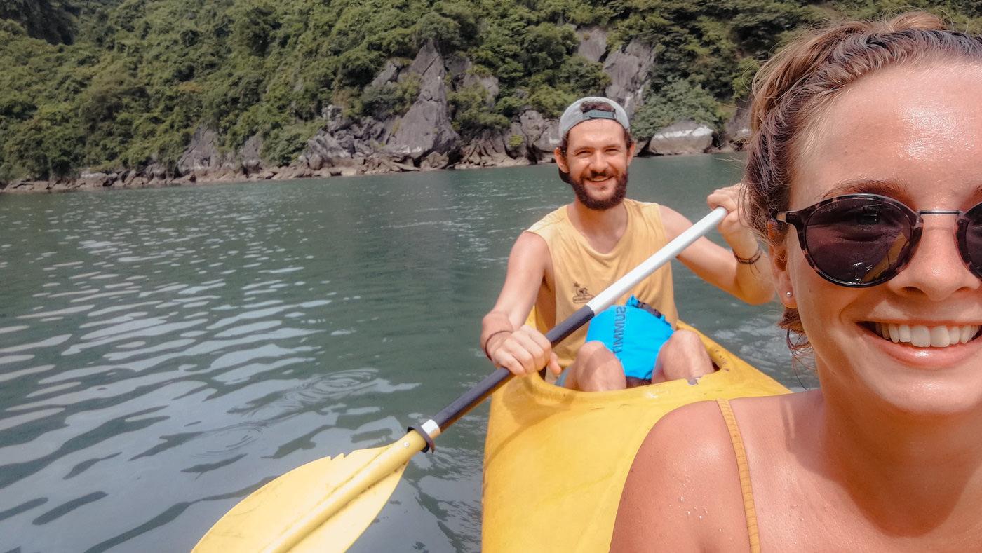Wir kayaken in der Halong Bucht