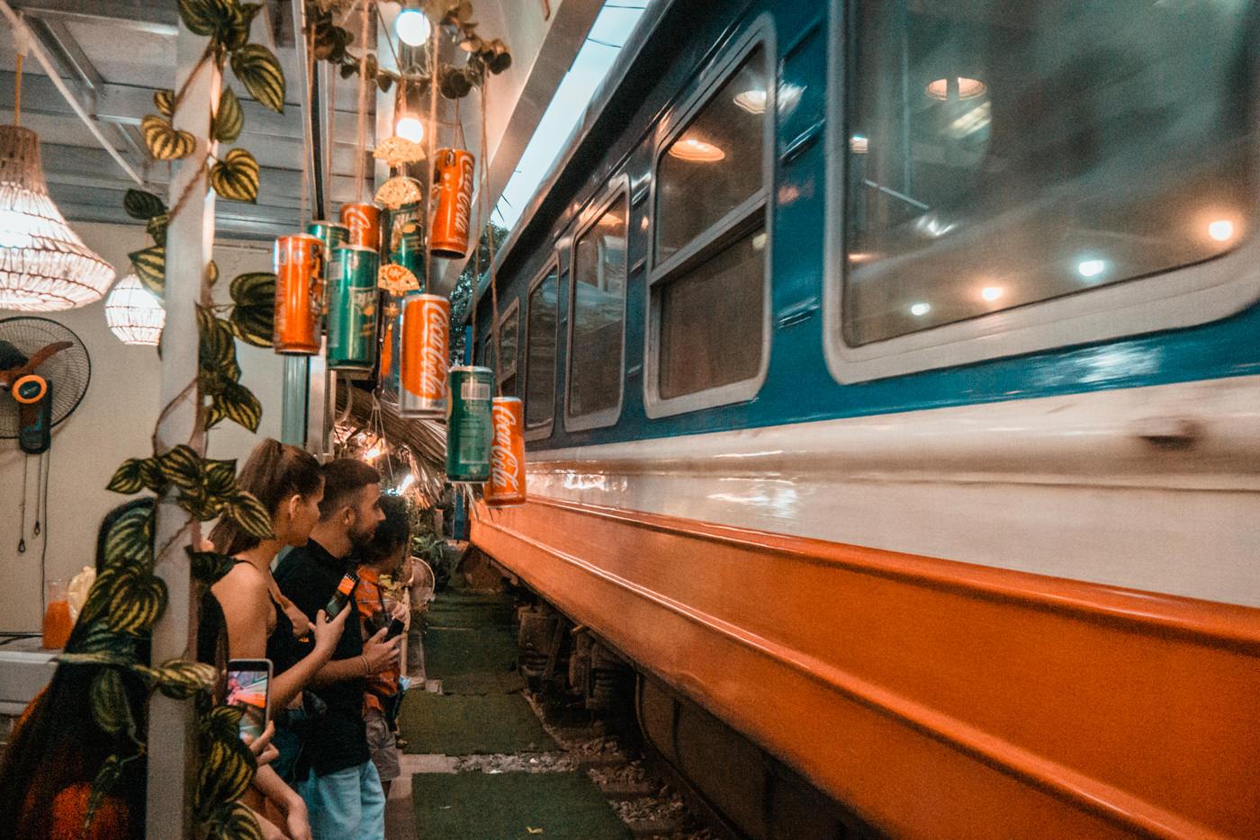 Zug fährt durch die Trainstreet in Hanoi