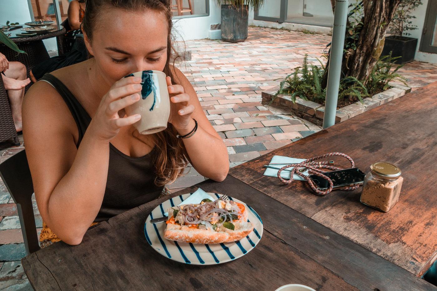 Julia isst Banh Mi in Vietnam