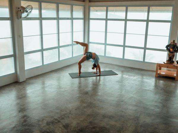 Julia im Rad in der Yogashala