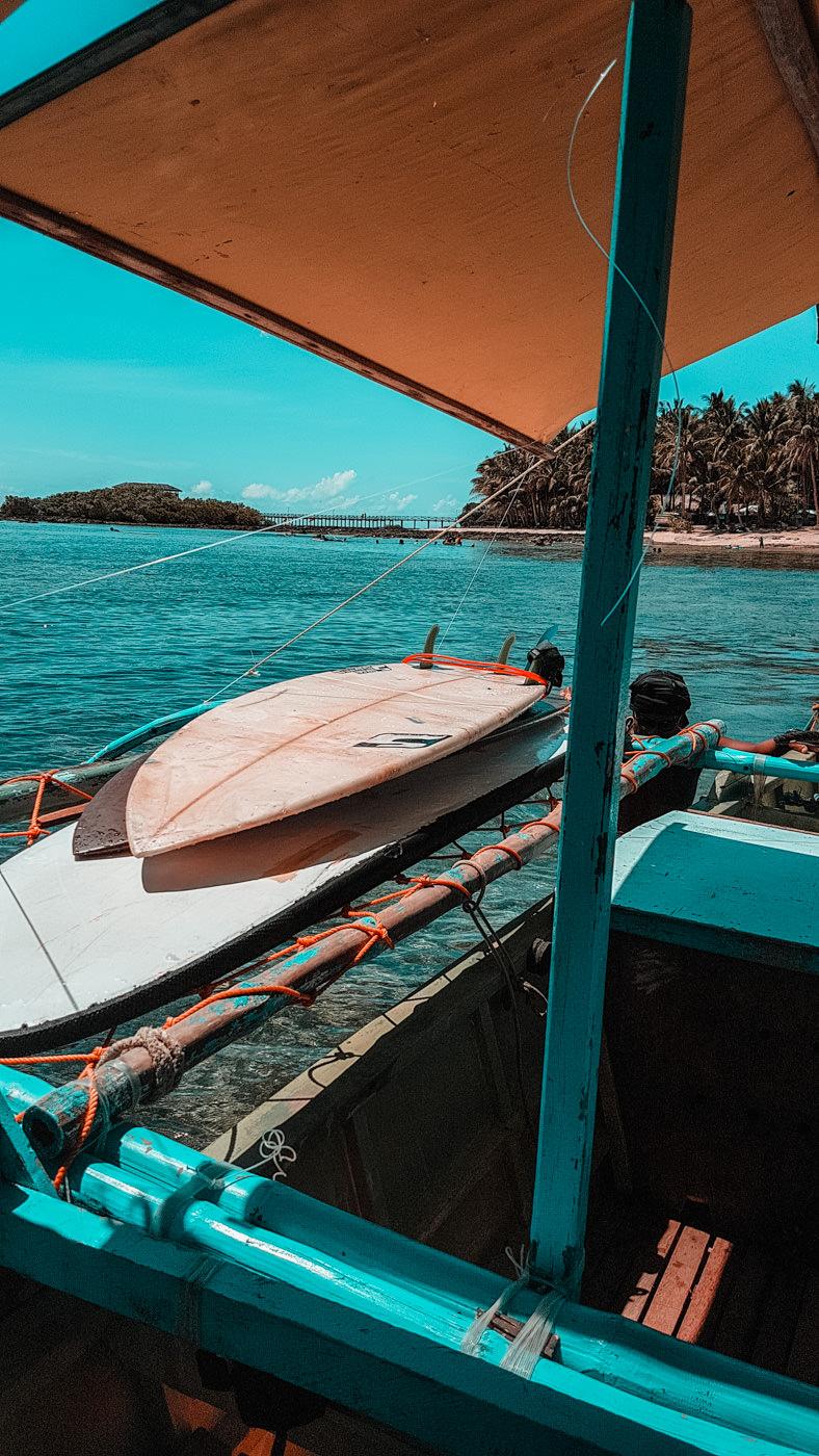Surfbretter auf dem Boot