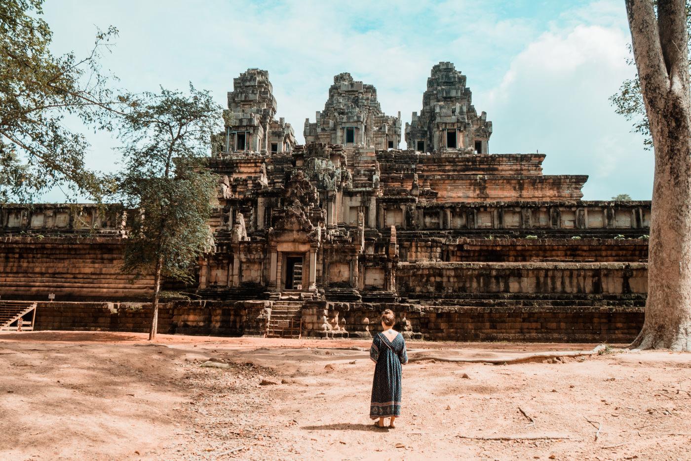 Julia vor dem Ta Keo Tempel in Angkor, Kambodscha