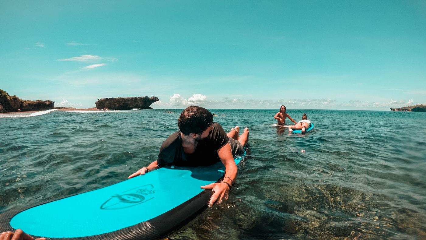 Wir auf den Surfbrettern im Meer