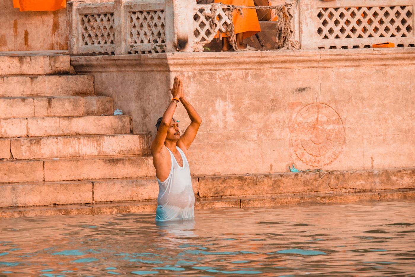 Baden im heiligen Ganges, Varanasi, Indien