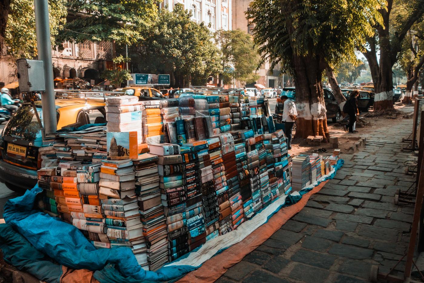 Bücher werden auf der Straße in Mumbai verkauft