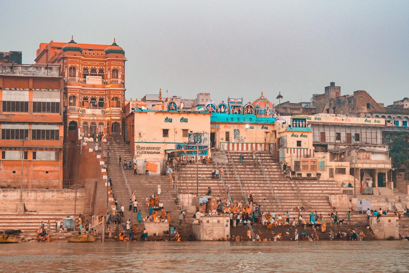 Blick auf die Ghats in Varanasi, Indien
