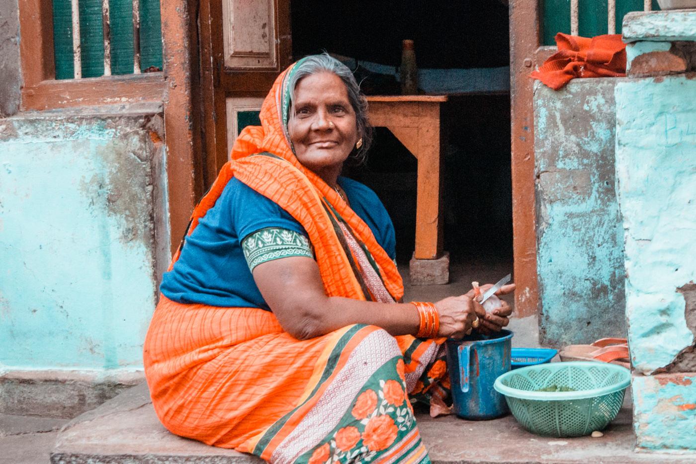 Inderin bereitet Essen vor