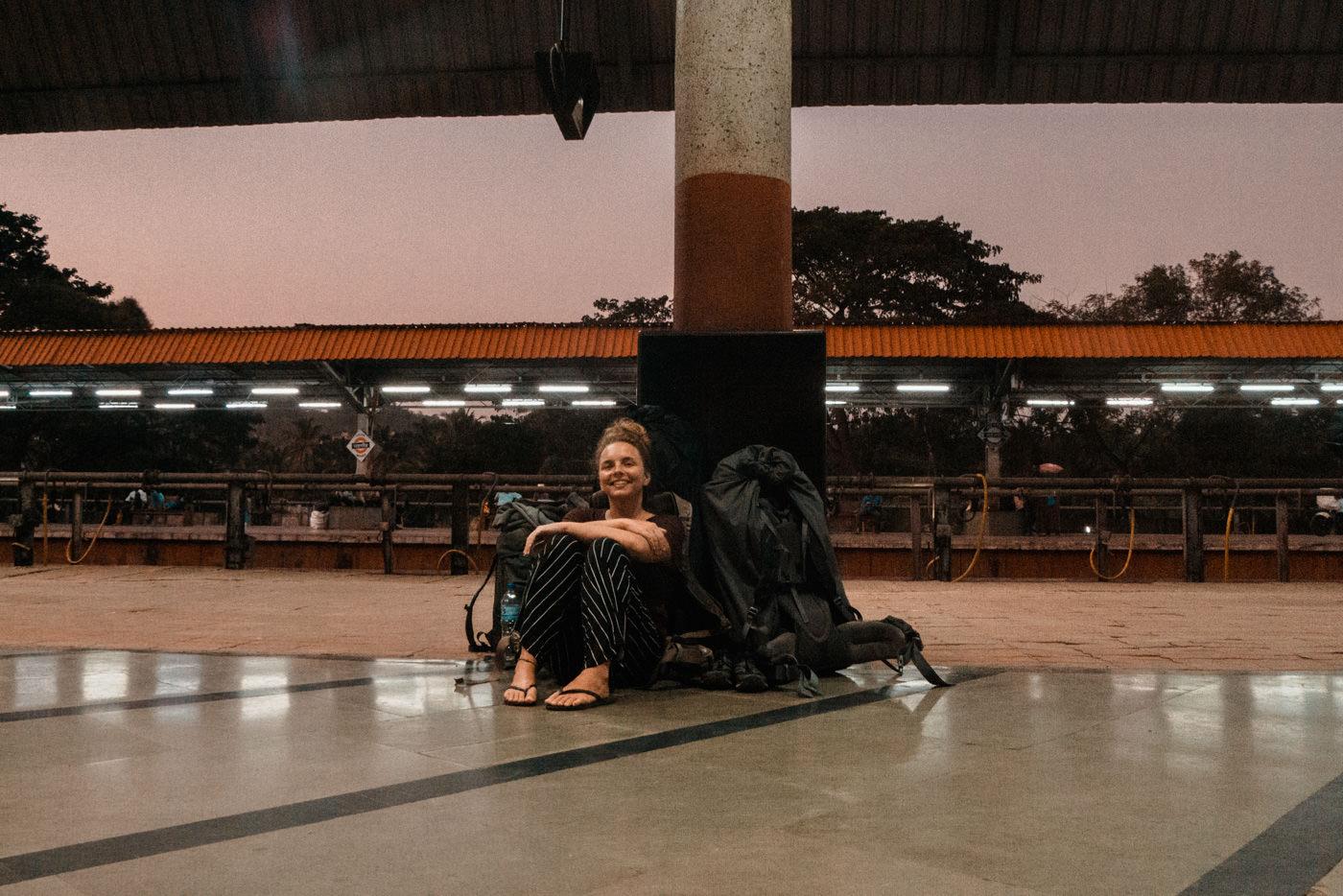 Julia am Bahnhof von Margao in Goa