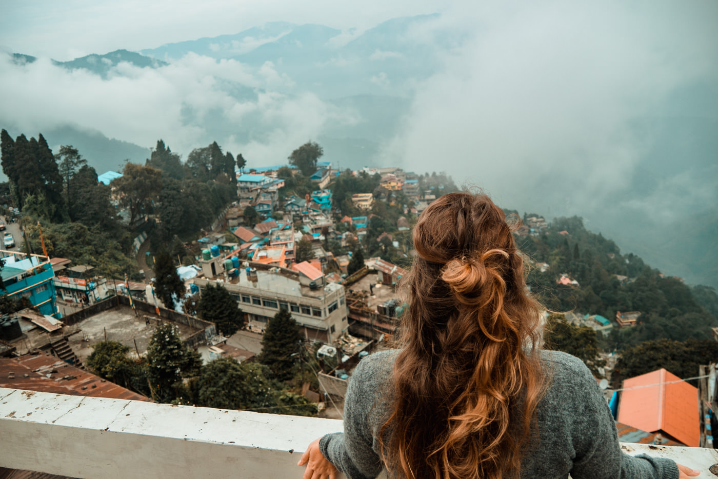 Julia blickt auf Darjeeling von der Terrasse unseres Guetshouses