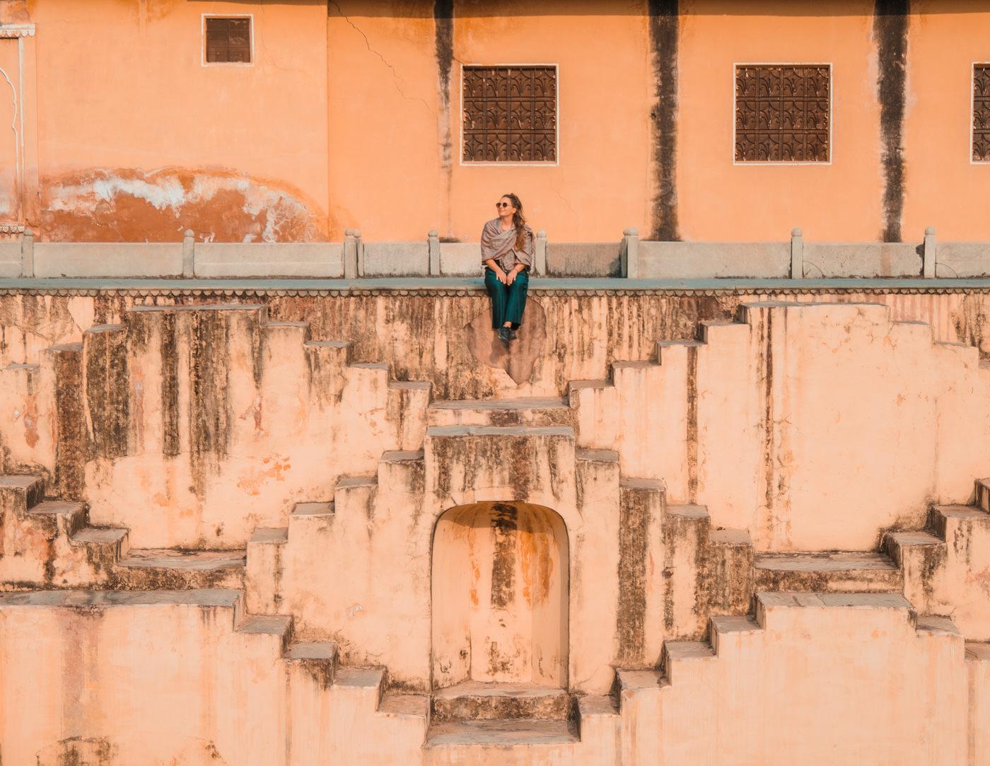 Julia sitzt am Stepwell in Jaipur