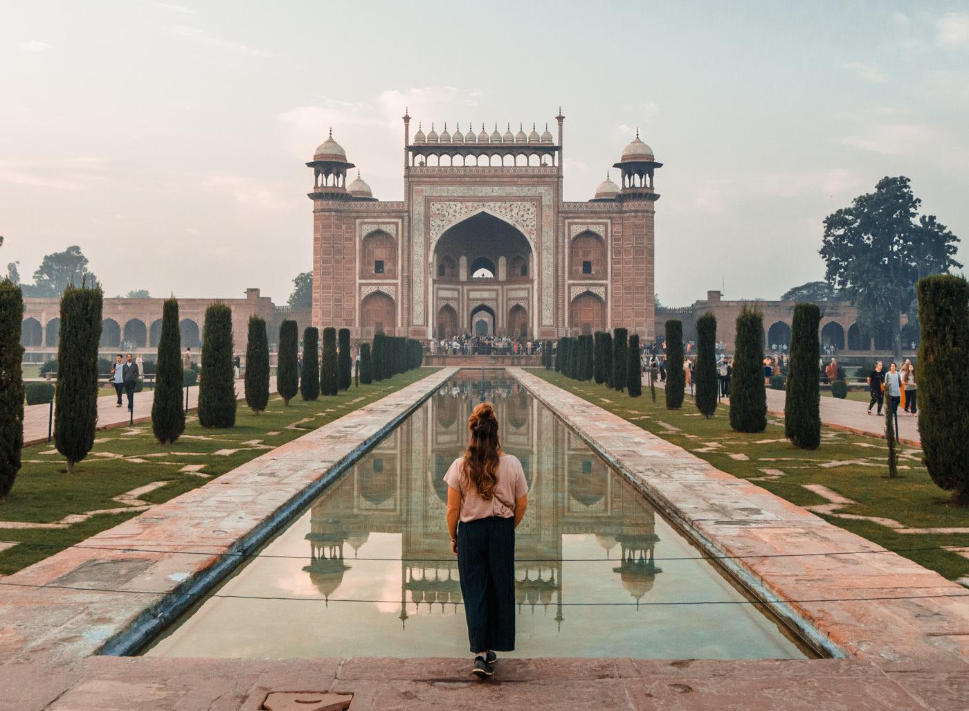 Julia blickt auf das Eingangstor des Taj Mahals