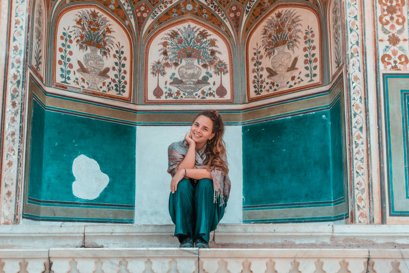 Julia vor Wandmalereien im Amber Palace in Jaipur