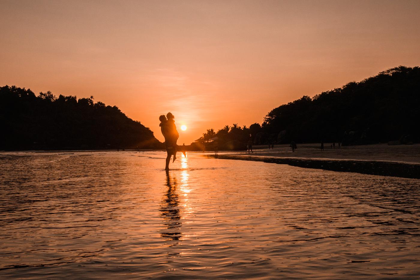 Wir am Strand von Palolem zum Sonnenuntergang