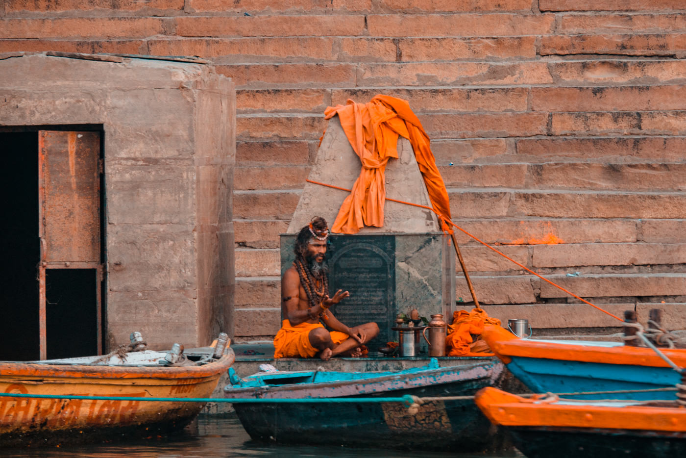 Sadhu am Ufer des Ganges in Varanasi