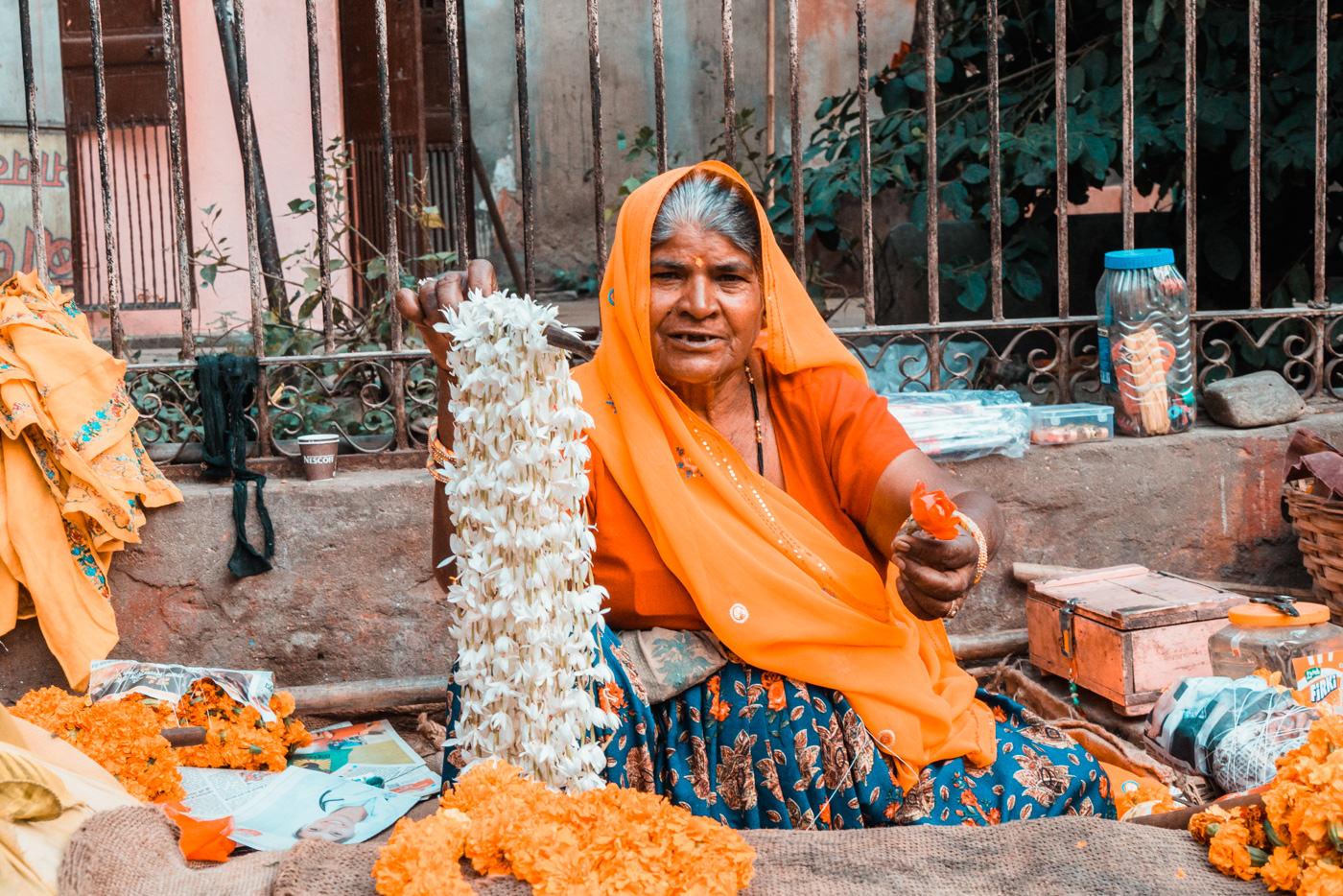 Blumenverkäuferin in Jaipur, Indien