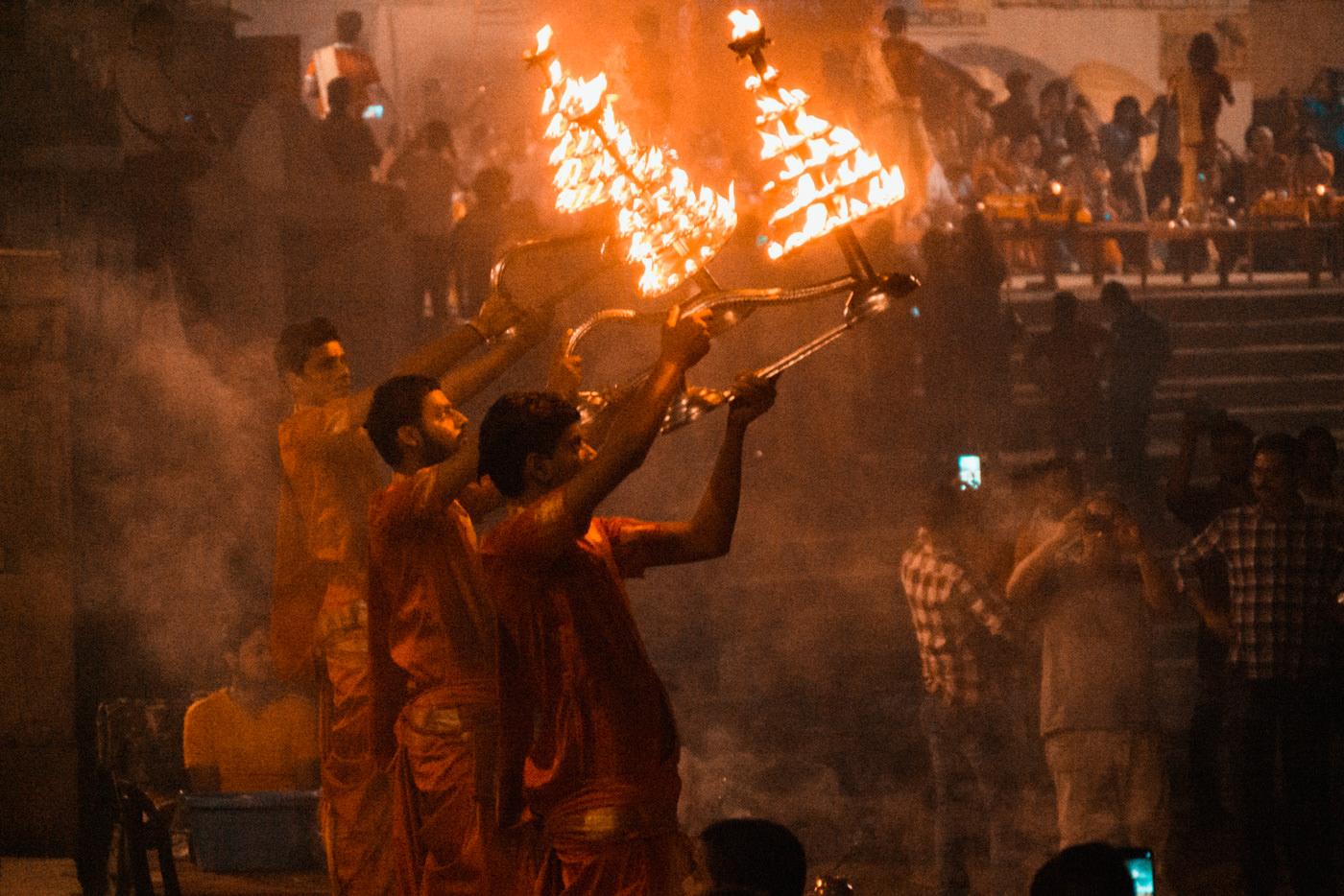 Abendliche Zeremonie am Ufer des Ganges in Varanasi